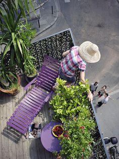 Facile à vivre, s'installe et se range tout simplement... On la balade d'un bout à l'autre du jardin ou l'on en habille son petit balcon de centre-ville. Chaise longue Bistro - Fermob.