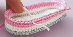 Free crochet pattern baby shoes Informations About Kostenlose Häkelanleitung Babyschuhe Pin You can Baby Shoes Pattern, Baby Patterns, Crochet Patterns, Crochet Baby Shoes, Crochet Baby Booties, Baby Boots, Baby Girl Shoes, How To Start Knitting, Baby Knitting