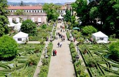 This weekend enjoy a walk in a historical garden and palace in Florence, while visiting Artigianato e Palazzo - the annual selected crafts market in the wonderful Palazzo Corsini! Info: www. Iris Garden, Italian Garden, Palazzo, Garden Photos, Best Location, Beautiful Buildings, Outdoor Activities, Tuscany, Florence