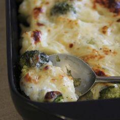 Ruoan rinnalle sopii tämä herkullinen uunissa valmistuva kukkakaali- ja parsakaalivuoka.
