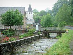 Lourdios avec son petit cours d'eau, ses arbres et son église - Vallée d'Aspe, Pyrénées Atlantique