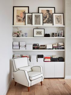 Poltrona Branca e Estante com Livros e Quadros