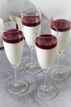 Glögi-vanilja panna cotta - joulun sopivan pieni ja kevyt jälkiruoka Delicious Desserts, Panna Cotta, Ethnic Recipes, Food, Christmas, Kitchen, Party, Baking Center, Meal