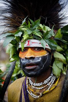 Papua Neu-Guinea - Papua-Neuguinea, Hochland, Mount Hagen Festival singt 3965 © Eric Lafforgue www. Beautiful World, Beautiful People, Papua Nova Guiné, Tribal Face, Eric Lafforgue, Arte Tribal, Photo Portrait, Tribal People, Art Africain