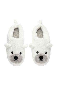 Zapatillas en tejido peluche: Zapatillas en peluche con bordados y aplicaciones en la parte delantera. Suelas suaves de goma.