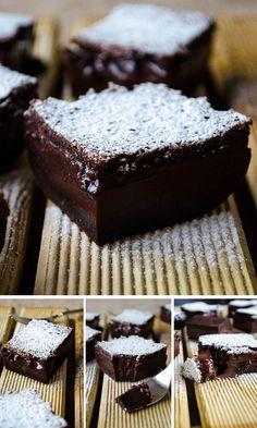 Magický čokoládový zákusok 4 vajcia izbovej teploty, 1 čajová lyžička vanilkového cukru alebo vanilkového extraktu, 1 a ¼ hrnčeka cukru, 110 g rozpusteného masla, ½ hrnčeka hladkej múky, 1/3 hrnčeka nesladeného kakaového prášku, 2 hrnčeky vlažného mlieka, 1 polievková lyžica práškového cukru na posypanie.