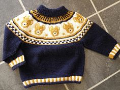 Endelig Bød Lejligheden Sig Til ,At Kunn - Diy Crafts Baby Boy Knitting Patterns, Fair Isle Knitting Patterns, Knitting For Kids, Knitting Designs, Free Knitting, Baby Boy Sweater, Baby Cardigan, Baby Outfits, Kids Outfits