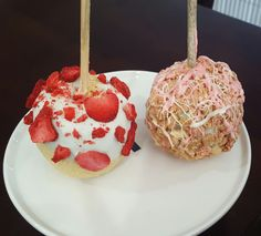 Strawberry Cheesecake & Strawberry Shortcake Candy Apples Desserts Menu, Dessert Drinks, Holiday Desserts, Dessert Recipes, Chocolate Apples, Chocolate Covered Strawberries, Caramel Apples, Strawberry Cheesecake, Strawberry Recipes