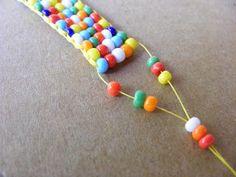 Uma árvore em flor no Campo dos Mártires da Pátria e o maior escaldão nas bochechas que apanhei em anos anunciam (para mim, claro está) a c... Diy Bracelets Easy, Bracelet Crafts, Jewelry Crafts, Beaded Bracelets, Bead Crochet Patterns, Beading Patterns, Seed Bead Jewelry, Bead Jewellery, Wire Jewelry Patterns