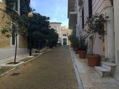 """Η """"Μονμάρτη της Αθήνας"""": Η κουκλίστικη συνοικία των καλλιτεχνών με τα νεοκλασικά αρχιτεκτονικά αριστουργήματα Athens, Greece, Sidewalk, City, Places, Travel, Beauty, Greece Country, Viajes"""
