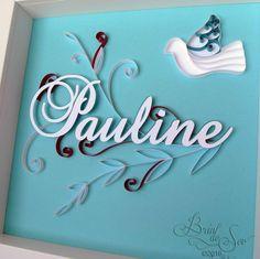 Cadeau personnalisé en quilling pour le baptême de Pauline. Une colombe et des rameaux d'olivier viennent encadrer le prénom.