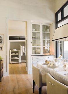 White cabinets grey walls light fixture. Deulonder Arquitectura Domèstica Kitchen #10 via www.elmueble.com