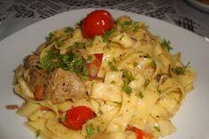 Retete Culinare - Tagliatelle cu porc in sos de vin