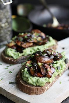 Avocado toast with balsamic mushrooms - Beaufood Avocado Toast, Avocado Spread, Vegetarian Recepies, Raw Food Recipes, Tapas, Easy Bruschetta Recipe, Good Food, Yummy Food, Party Food And Drinks