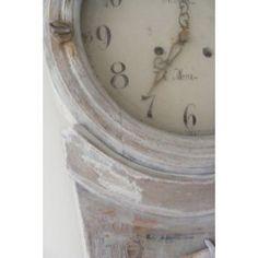 Mora Klok  Geschraapte Mora klok van A.A.S. Krång Anders Andersson (1727-1799). Deze imposante klok is in 1944 gerestaureerd door Erik Sand en nu ontdaan van waxlagen (geschraapt).