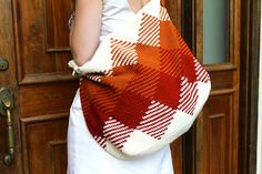 TAPESTRY CROCHETED SUMMER BAG--love the way this tapestry is done. Would use it on a blanket, shawl, even a rug.