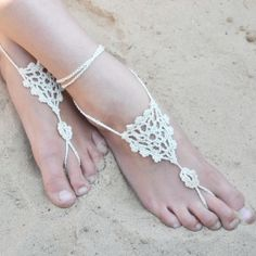 Free crochet pattern to make beautifully simple barefoot sandals!