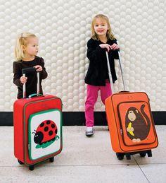 Beatrix ha creado una de las mejores maletas para niños con sus divertidos y simpáticos personajes. Gran bolsillo con cremallera y mango ajustable a varias medidas con bloqueo. En la parte trasera incluye un espacio para escribir los datos personales. Material: Nylon, resistente y fácil de limpiar. Medidas: 33cm x 40cm x 16,5cm