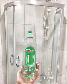 No photo description available. Cleaning Hacks, Cleaning Supplies, How To Know, Interior Design Living Room, Clean House, Home Remedies, Helpful Hints, Diy And Crafts, Water Bottle