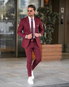 In getting the best casual outfits, man has to been logical. If you are not logical, you won't be able to cope with the confusing pressure of a boutique. These casual outfits below would give you a clue of what you should go for. Blazer Outfits Men, Best Casual Outfits, Men's Outfits, Work Outfits, Designer Suits Online, Designer Suits For Men, Best Street Style, Men With Street Style, Mens Fashion Suits