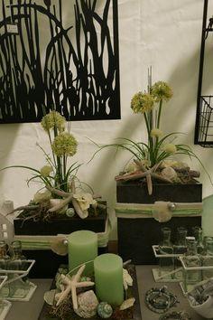 Deko-Idee: Vasen maritim dekorieren. Braune Vasen werden hier grün und creme-farben kombiniert. Der Seestern und die Muschel spiegelt die maritime Sommer-Idee wider. Grüne Kerzen und Kunst-Pflanzen runden das Ensemble ab. Hier wird grün, braun und creme farblich stimmig kombiniert. Diese Tischdeko ist ein schöner Sommer-Hingucker und Urlaubsdeko, aber natürlich auch im Frühling, Herbst und vielleicht sogar im Winter – so kommt Urlaubsstimmung auf. Ikea, Flowers, Plants, Diy, Blog, Decor, Weddings, Winter, Environment