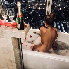 Luxury Blog, Luxury Life, Sugar Baby, Rich Girls, Slippery When Wet, Girl In Water, Posh Girl, Rich Life, Bathing Beauties