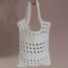 Small Beginner Crochet Bag- i would do a longer strap (maybe a belt?) and a zipper or button as well