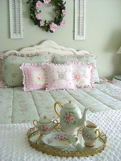 tea in bed Shabby Chic Français, Style Shabby Chic, Shaby Chic, Vintage Shabby Chic, Shabby Chic Kitchen, Shabby Chic Furniture, Shabby Chic Homes, Vintage Tea, Vintage Green