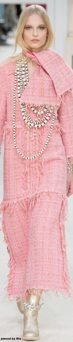 Chanel Autumn/Winter Ready-To-Wear Paris Fashion Week Moda Fashion, Fashion Week, Runway Fashion, Fashion Show, Fashion Design, Paris Fashion, Chanel Couture, Chanel Fashion, Pink Fashion