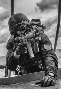 Eyes on the target Military Photos, Military Gear, Military Police, Military Weapons, Usmc, Special Forces Gear, Military Special Forces, Swat Police, Military Drawings