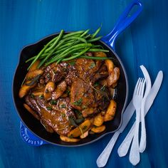 Make these creamy pork chops with caramelised apples in just 30 minutes! Caramelised Apples, Time To Eat, Pork Chops, Pork Recipes, Steak, Beef, Cooking, Food, Eten