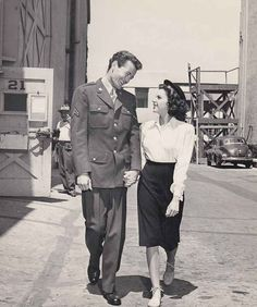 Judy and Robert Walker taking a walk around the MGM studio lot, 1945 Old Hollywood Stars, Golden Age Of Hollywood, Classic Hollywood, Mode Vintage, Vintage Love, Vintage Photos, Vintage Style, 1940s Hairstyles Short, Prom Hairstyles