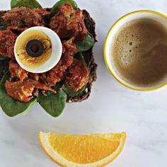 Prøv et smørbrød med makrell i tomat med egg. Næringsrikt og godt!