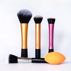 My Makeup Brushes: foundation. Click here to find out which are my favourite brushes to apply foundation!