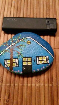 Hus malet på sten med acryl maling og posca tusser