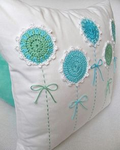 Úžitkový Textil - Podoby Rozkvitnutého T - Diy Crafts Crochet Cushion Cover, Crochet Cushions, Sewing Pillows, Crochet Pillow, Diy Pillows, Decorative Pillows, Cushion Embroidery, Embroidery Patterns, Hand Embroidery