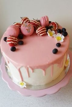 Päivi leipoo: Mansikkasuklaakakku Delicious Desserts, Yummy Food, Buzzfeed Tasty, Tasty Videos, Just Eat It, Diy Cake, Yummy Eats, Cake Decorating, Food And Drink