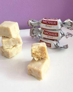 Michałki białe LCHF a więc bez cukru węglowodanów glutenu ale z dużą ilością tłuszczu. Są kruche, waniliowe i obłędne w smaku. Gwarantuję ich smak