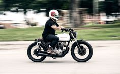 Seeing this honda cafe racer for the first time really made me want to paint my cafe racer white.This thing looks amazing. Great job on the honda cafe racer Cafe Racer Honda, Cb350 Cafe Racer, Cafe Racers, Honda Motorbikes, Honda Motorcycles, Cb 500, Honda Cb, Motorcycle Helmets, Classic