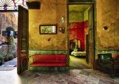 Werner Pawlok Wohnt hier jemand oder ist das ein inszeniertes Detail im Bild? In der Villa Elio in Havanna hängt vor der Tür eine Wäscheleine.