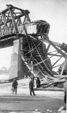 Canadian Northern Train Bridge Collapse in Saskatoon in 1912 Bus Station, Train Station, Old Steam Train, Train Pictures, Old Trains, Train Tracks, Model Trains, Old Photos, Abandoned