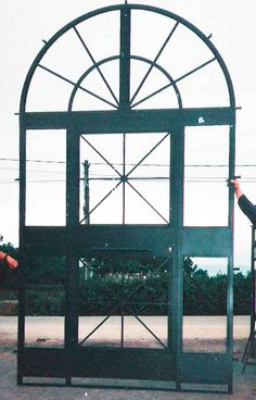 puerta en acero negra http://www.tallereslobon.com/