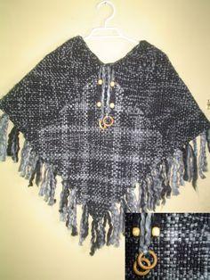 Ponchos a Telar Cuadrado - Precio: $19.000 pesos Descripción: Hecho a base de dos tipos de lana, Negra matizada y Gris, adornado con accesorios de madera. - Fotolog