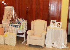 Zona de regalos, mesa decorada con fotos de la feliz pareja, moises y silla, creando momentos únicos #siempreideatika
