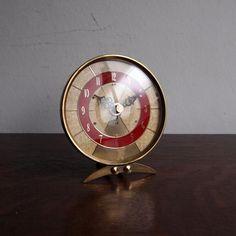 アンティーク JAZの時計|人気のJAZの時計。お待たせいたしました!!今回ご紹介するのはブラスのフレーム、レッドの文字盤が素敵な置き時計です。アンティークのJAZにはモダンなデザインのものも多いですがクラシックなスタイルのブラスフレームもすごく素敵でクールですね!!落ち着いたクラシックなスタイルはモダンでもアンティークでもナチュラルでもどんなインテリアにもおススメ!ガラスはもちろんオリジナルの曲面ガラスです。