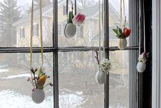 Fensterdeko zu Ostern selber basteln - Hängende Minivasen