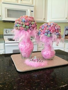 Pink boa feathers filled in a glass vase with suckers. Great for fall time. Just fill with leaves or something else.Lollipop Bouquet ~ for a centerpiece that does double duty as party favorsCute centerpiece idea for girls birthday party by janThe Chi Unicorn Birthday, Unicorn Party, Girl Birthday, Cake Birthday, Birthday Ideas, Birthday Diy, Birthday Gifts, Birthday Crowns, Barbie Birthday Party Games