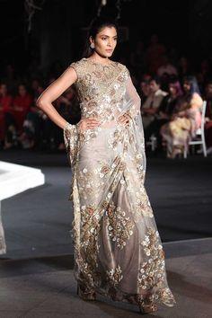 Manish Malhotra at Lakmé Fashion Week winter/festive 2016 Pakistani Couture, Indian Couture, Pakistani Dresses, Indian Dresses, Indian Outfits, Indian Sarees, Shadi Dresses, Indian Clothes, Trendy Sarees