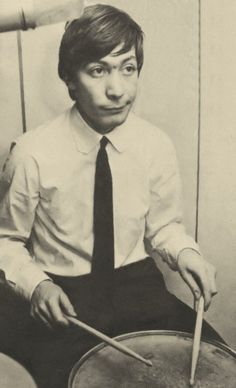 Charlie Watts drummer of The Rolling Stones Mississippi Fred Mcdowell, Stone Uk, Los Rolling Stones, Rollin Stones, Ron Woods, Moves Like Jagger, Vintage Drums, Ronnie Wood, Charlie Watts