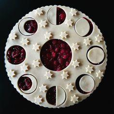 Beautiful Pie Crusts, Just Desserts, Dessert Recipes, Pie Crust Designs, Pie Decoration, Moon Pies, Thanksgiving Pies, Snacks Für Party, Bread And Pastries